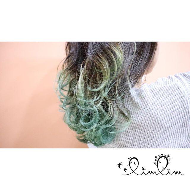 ・鮮やかなグリーン・毛先にカールをプラスしてふんわり